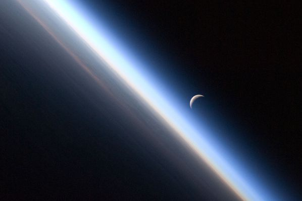 ISS---Expedition-24---Terre---Atmosphere---Lune---iss024e0.jpg