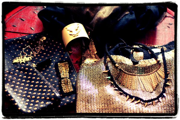 noir---or-pochettes-pull-dore-manchette-tigre-collier-Mang.jpg