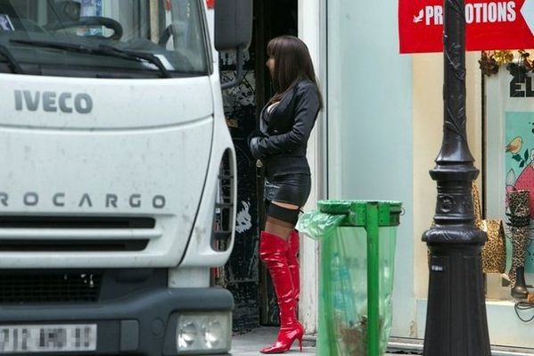 92454_une-prostituee-rue-saint-denis-a-paris.jpg