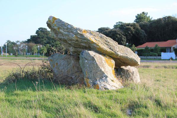 Dolmen-pierre-levee-2760.JPG