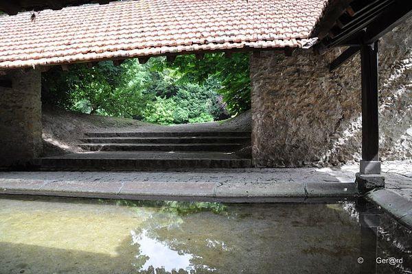 Lavoir-du-Parc-Communal---Jouy-le-Moutier---07-c--Ger-rd--.jpg