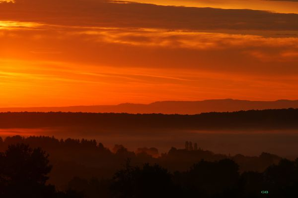 brume et lever du soleil