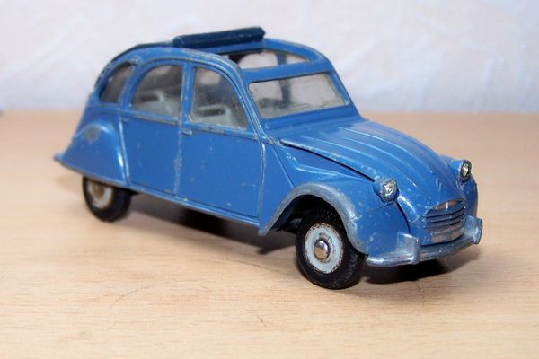 dinky citroen 2 cv 2 chevaux 500 le blog des voitures et camions miniatures anciens. Black Bedroom Furniture Sets. Home Design Ideas