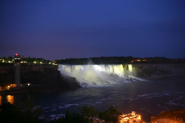 763-Niagara-City-by-night.jpg