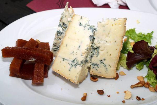 Desde Asturias pa'l mundo ! Un poco de Cabrales, con dulce de membrillo y frutos secos