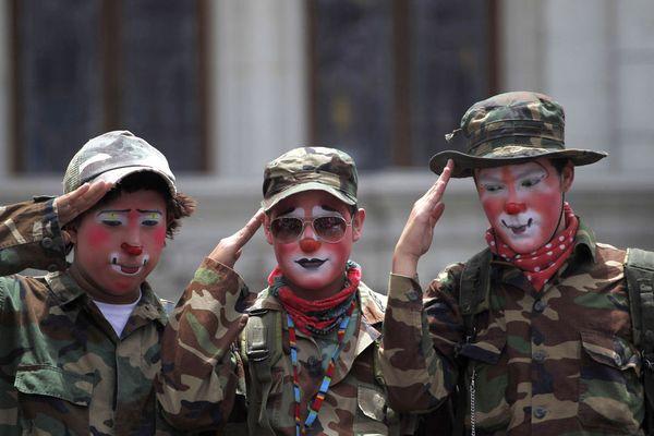 sem13julk-Z1-Soldats-ou-clowns-Guatelala-City.jpg