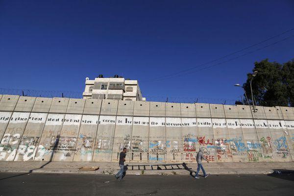 sem13aoua-Z9-jeunes-palestiniens-Ramallah-franchissent-le-m.jpg