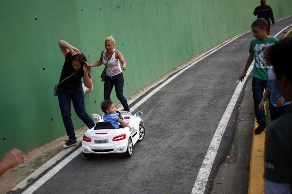 sem13aoub-Z7-Enfant-au-volant-parc-Carracas-Venezuela.jpg
