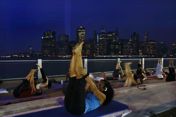 sem13sepe-Z18-Pilates-en-plein-air-pont-Brooklyn-New-York.jpg