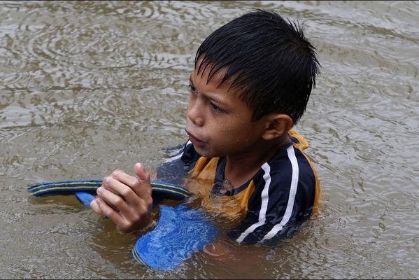 sem14janh-Z16-En-pleine-rue-inondations-Philippines.jpg