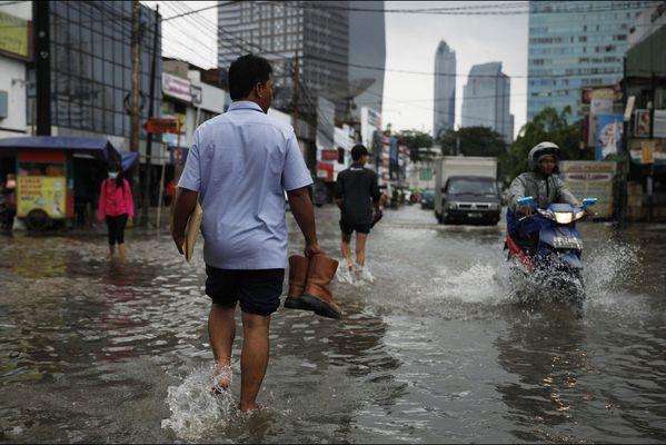 sem14jann-Z20-Les-pieds-dans-l-eau-jakarta-Indonesie.jpg