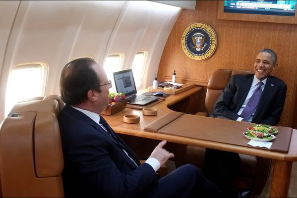 sem14feve-Z21-Air-Force-One-s-amuse-Hollande-Obama.jpg