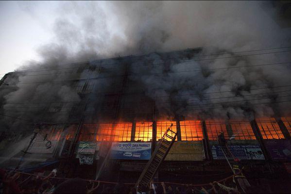 sem14marc-Z15-Flammes-entrepot-Dhaka-Bangladesh.jpg