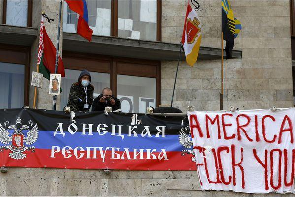 sem14avrg-Z20-Manifestants-pro-russe-Donetsk-Ukraine.jpg