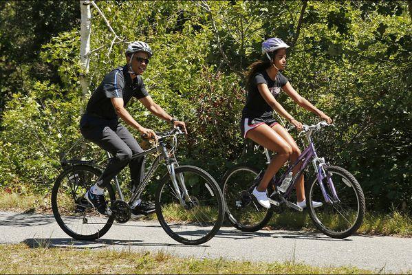 sem14aoug-Z6-A-bicyclette-barack-obama-fille-malia.jpg