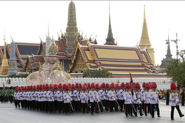sem14decc-Z9-le-roi-thailande-annule-fete-pour-son-annivers.jpg