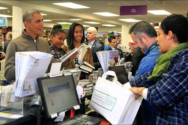 sem14novl-Z20-Barack-Obama-avec-ses-filles-Malia-et-Sasha-s.jpg