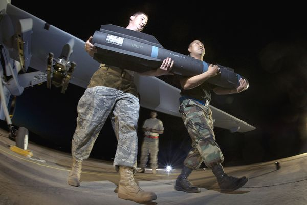 Two U.S. Army personnel carry a Hellfire missile for drone MQ9 Predator - Site http://forum.kaise.nl/index.php?topic=183736.0