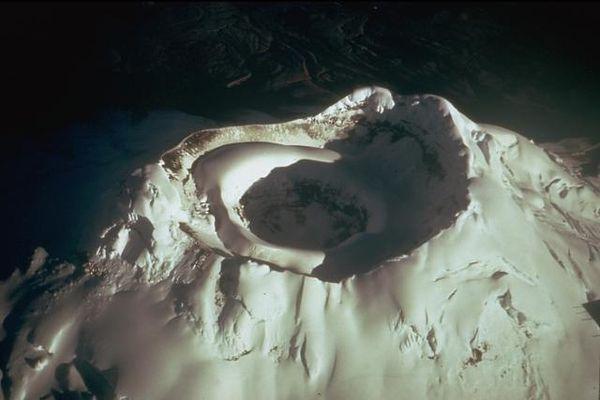 Cotopaxi-crateres-emboites---Tom-Simkin-Smithsonian.jpg