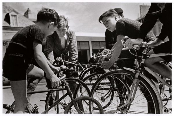 robert-capa-boys-on-bicycles-discussing-the-tour-de-france-