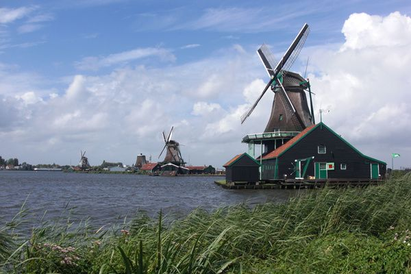 Photo aux Pays-Bas-hollande-les-moulins-&#xE0; vent de-Kinderdijk-sur-les-digues inscrits au patrimoine de l'unesco.jpg