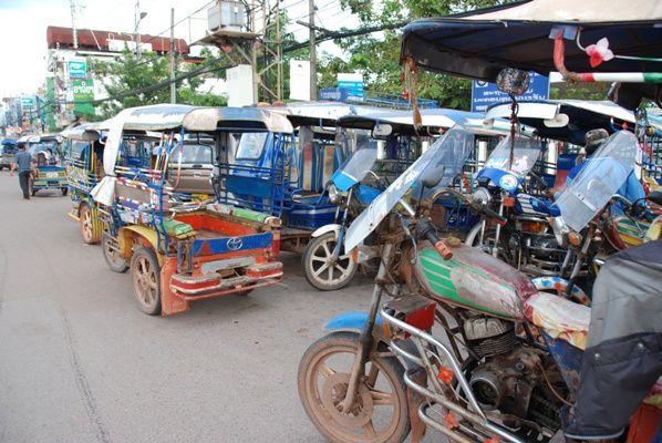 Tuk-tuks dans les rues de Vientiane