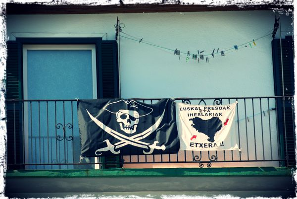 Pays-Basque---drapeau-pirate.jpg
