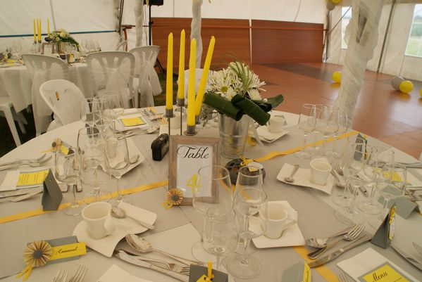 d co table mariage en gris et jaune le blog de. Black Bedroom Furniture Sets. Home Design Ideas