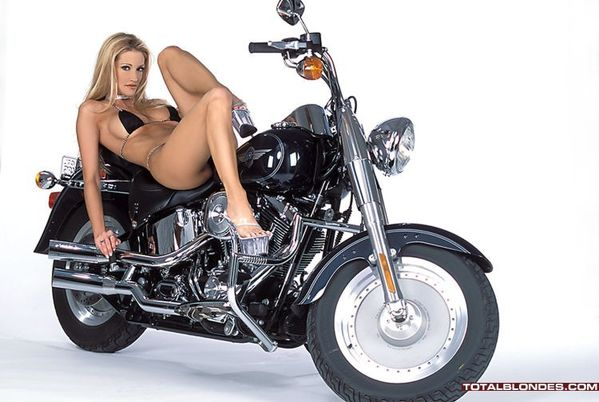 2012 girls on bikes jessica drake 005 totalblondes.com