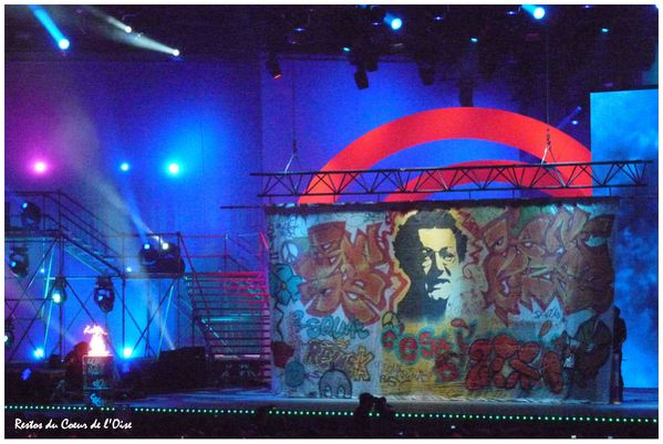 Les Enfoires 2011 Coluche grafiti 1