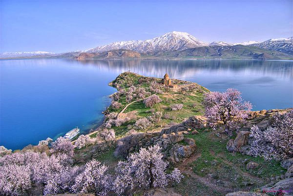 800px-Akhtamar Island on Lake Van with the Armenian Cathedr