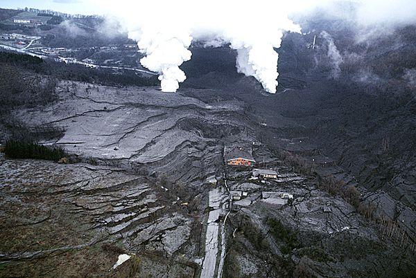 Usu-cratere-Nishiyama-et-failles-de-soulevement.JPG