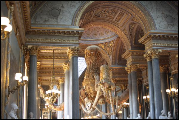Valkyrie-doree---Joana-Vasconcelos---galerie-des-Batailles.jpg