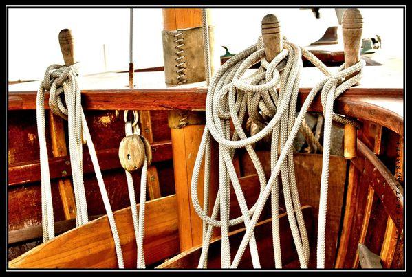 pinasse à voile et sac de noeuds