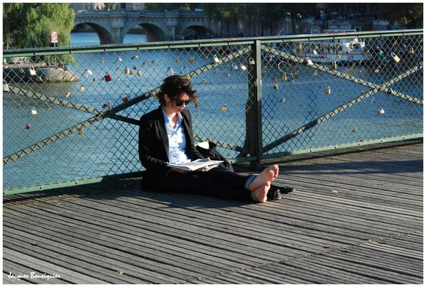 Paris La lectrice du Pont des Arts