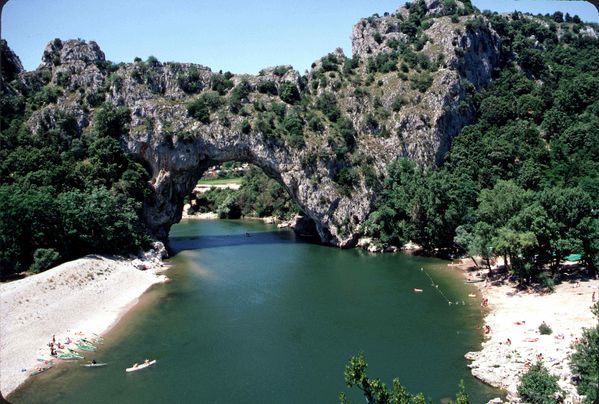 P2205765d-En-Ardeche-je-suppose-puisque-MAI-1985-_3b-nettoy.jpg