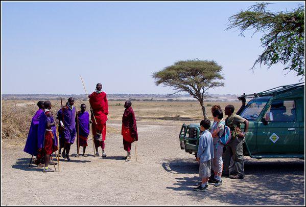 Danse des hommes masai et la famille Mancaux