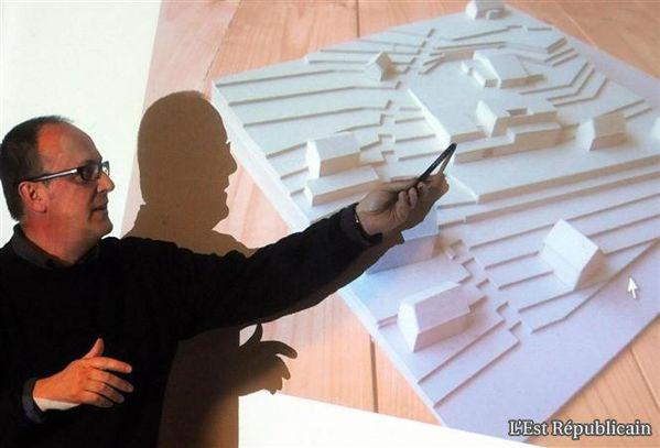 L-architecte-Francois-Quirot-presente-sa-maquette.jpg