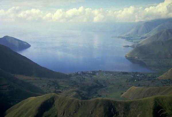 Lac-toba-depuis-rive-N---T.Casadevall-USGS.jpg