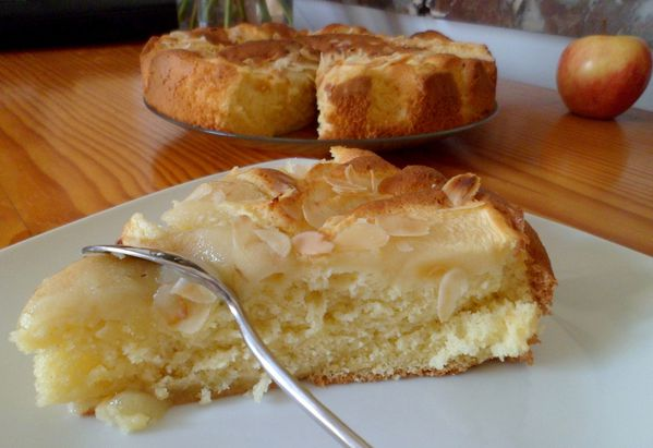 gateau-yaourt-pomme-poire-amandes-part.jpg