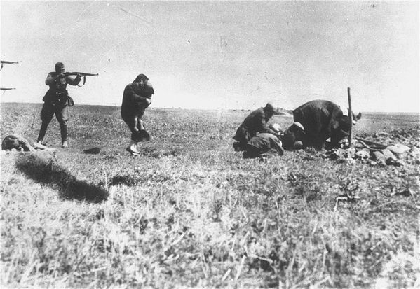 800px-Kiev Jew Killings in Ivangorod (1942)