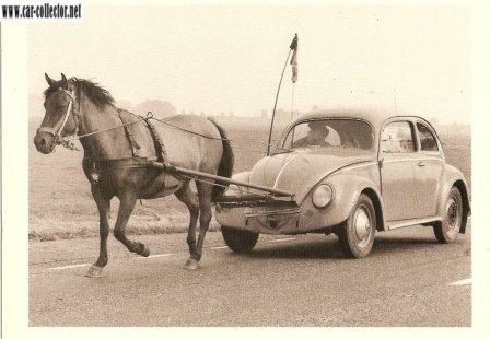vw cox en panne tiree par un cheval carte postale collection humour et insolite car. Black Bedroom Furniture Sets. Home Design Ideas