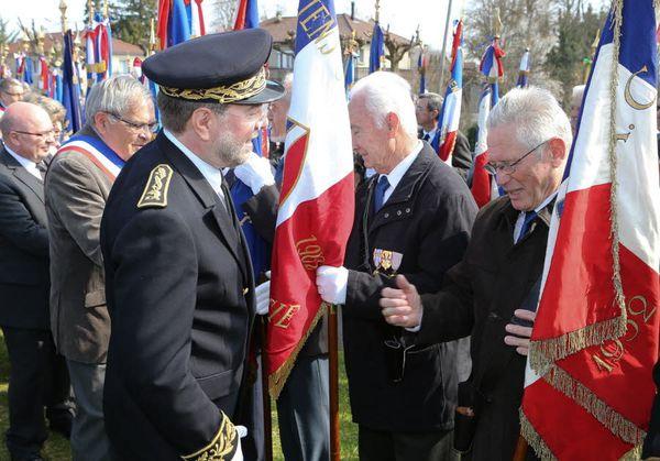 10le-salut-a10ux-drapeaux-par-le-sous-prefet-de-la-tour-du-.jpg