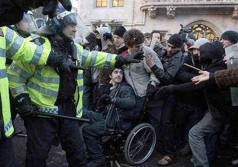 Un policier s'en prend violemment à un handicapé
