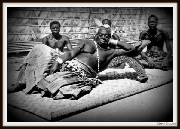 Le Nyimi ou roi des Bakuba pendant sa sieste entouré de ses intîmes