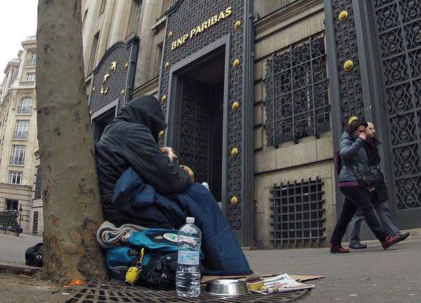 sans-abri-devant-banque-Paris.jpg
