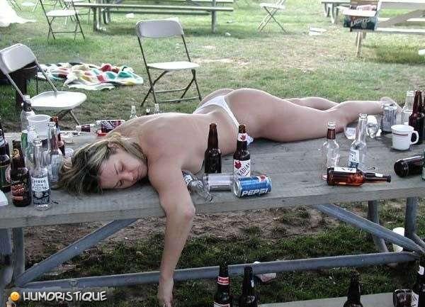 femme+ivre+qui+dort+sur+une+table