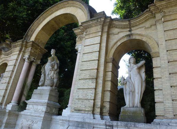 SEVILLA---fontaine-entree-du-parc-de-Maria-Luisa.JPG