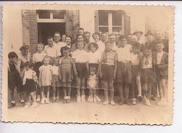 groupe-d-enfants-devant-la-vieille-classe---Cherance-2.jpg