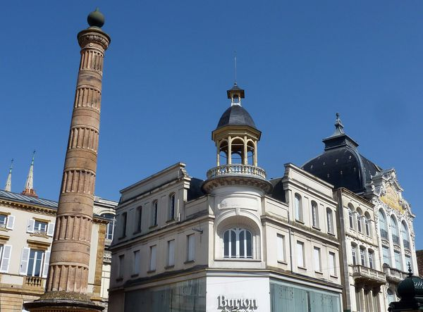 La colonne de la Place de l'Allier et le magasin Burton
